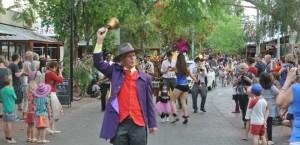 p2043-Fest-parade-cryer-660