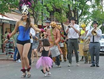 p2043-Fest-parade-dancer-2-