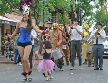 p2043-Fest-parade-dancer-2-