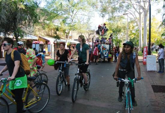 p2134-Fest-parade-bikes-adu