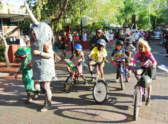 p2134-Fest-parade-bikes-kid