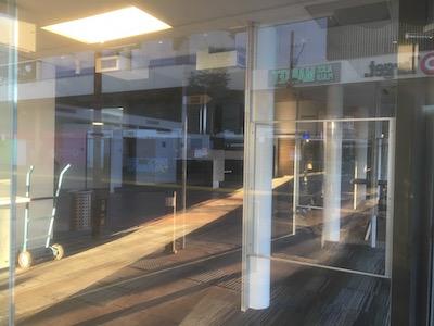p2575 Mall empty shop 7 400