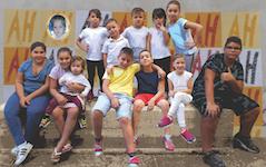 p2572 Mackinolty Il muro di risata con bambini SM